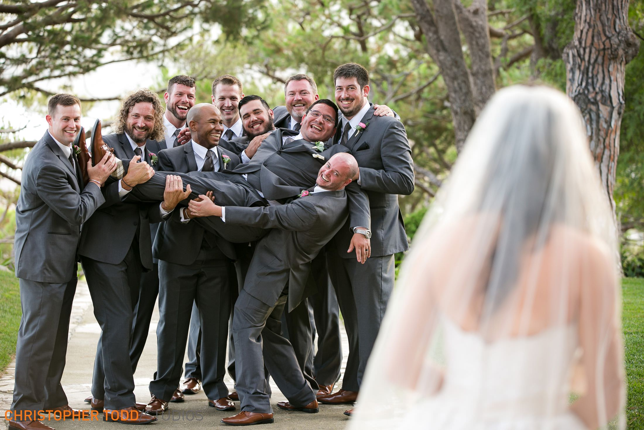 fun-wedding-photos-wayfarers-chapel-palos-verdes